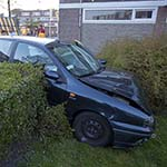 Automobilist ramt geparkeerde auto en komt in bosjes tot stilstand