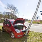 Bestuurder tijdens uitwijkmanoeuvre tegen lantaarnpaal in Vogelenzang
