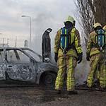 Auto volledig uitgebrand aan de Staalhavenweg in Velsen-Noord