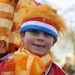 Honderden mensen op de  Kongininnedag vrijmarkt in Haarlem