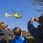 Traumahelikopter trekt veel bekijkt in Santpoort-Zuid