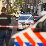 Man bekogeld politiewagen met verf en wordt door arrestatieteam uit woning gehaald