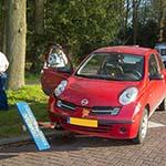 Auto over verkeerspaal aan de Duin- en Kruidbergerweg in Driehuis