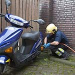 Brandweer knipt slot van scooter voor politie