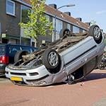 Auto op zijn kop in de Jane Addamsstraat in Haarlem