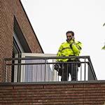 Verwarde man staat naakt op balkon