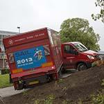 Vrachtwagen geschaard bij het Kennemerplein in Haarlem