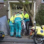 Man ernstig gewond na val in portiek in Aart van der Leeuwstraat