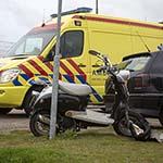 Gewonde bij frontale aanrijding tussen scooter en auto op de Middensluisweg