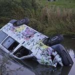 Busje te water langs de Drie Merenweg: Zes gewonden