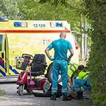 Vrouw onderuit met scootmobiel aan de Waarderhaven in Haarlem
