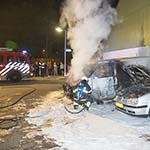 Busje i n de brand gevlogen aan het Dassenbos, personenwagen aangestraald