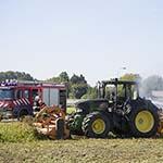 Tractor in de brand langs de spottersplek op de Tweeduizend El