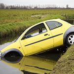 Auto met drie inzittenden te water aan de Spaarneweg in de Cruquius