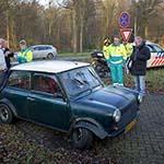 Auto op zijn kant op de Spanjaardslaan in Haarlem