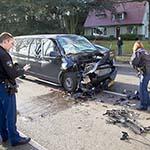 Veel schade bij botsing tussen busje en vrachtwagen
