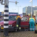 Automobilist gewond na botsing tegen verkeerlicht