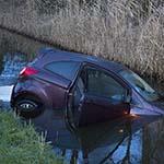 Automobiliste te water langs de Schipholweg in Vijfhuizen