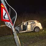 Automobilist glijdt tegen lantaarnpaal door gladheid op de N202