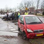 Veel schade na botsing tussen twee auto's in de Waarderpolder