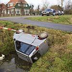 Man met scootmobiel te water bij de Lagedijk in Spaarndam