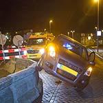 Automobiliste rijdt tegen betonnen wegafzetting in Zandvoort