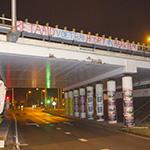 Supporters hangen spandoeken op voor HFC Haarlem