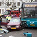 Vrouw gewond bij aanrijding tussen bus en stadsbus in Haarlem