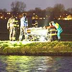 Vrouw met scootmobiel te water langs het Hommelpad in Haarlem