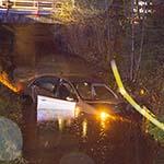 Auto te water langs de Aalsmeerderweg, bestuurder spoorloos
