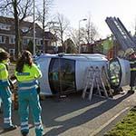 Bejaarde met auto op zijn kant in Heemstede