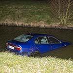 Auto te water langs de Vijfhuizerweg in Hoofddorp