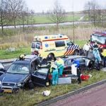 Automobilist wordt onwel en botst tegen auto