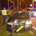 Automobilist knalt tegen verkeerspaal op de Rijksweg in Velsen-Zuid