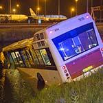 Bus te water bij Schiphol: vijf gewonden