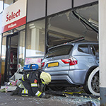 Automobilist rijdt tankshop binnen in IJmuiden