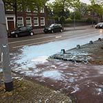 Scooterrijder met 20 liter verf onderuit op het Soendaplein