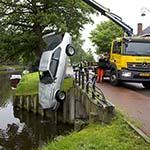 Omstanders redden man uit te water geraakte auto in Haarlem