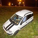 Automobiliste slaat over de kop van de afslag N208 bij Santpoort-Noord