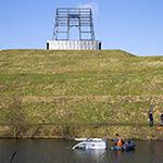 Busje rijdt van 40 meter hoge heuvel in Vijfhuizen