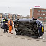Auto op z'n kant op het Keggeviaduct in Haarlem