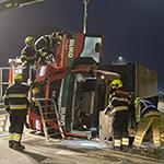 Vrachtwagen met grind op z'n kant op de N202 bij Velsen-Zuid