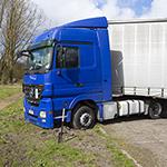 Vrachtwagen vast bij keeractie op de Heuvelweg in Velsen-Zuid