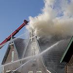 Veel rook bij grote brand in Akersloot, woningen ontruimd